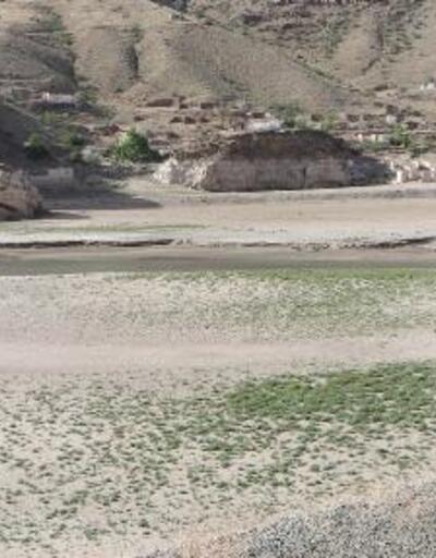 Ayvalı Barajı'nın suları çekildi; evler gün yüzüne çıktı
