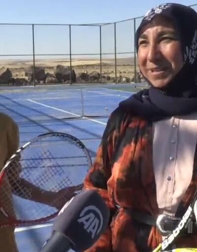 Kızı için tenise başladı