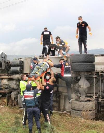 Bucak'ta kamyon devrildi: 2 yaralı