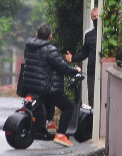 Cem Yılmaz sağanak yağmura yakalandı