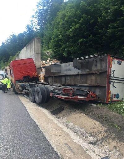 Yoldan çıkan kamyon, duvara çarptı
