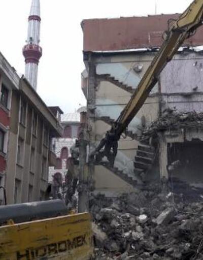 Avcılar'da kolonu çatlayan bina mühürlendi