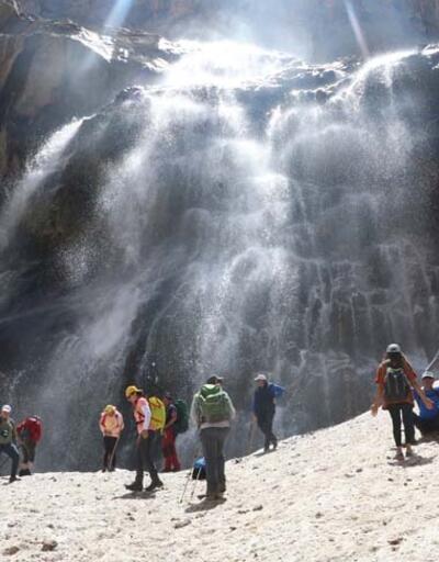 Erimenin başladığı 20 bin yıllık buzulları gezdiler!