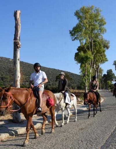 Turistlere tarih ve doğa manzaralı at turu