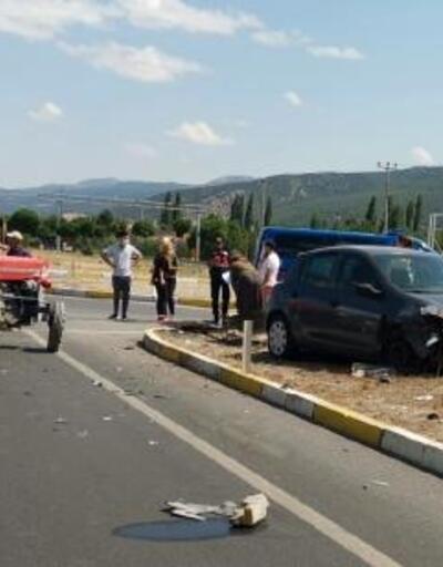 Otomobille traktör çarpıştı: 3 yaralı