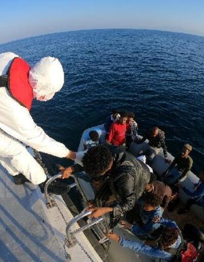 Sürüklenen lastik bottaki kaçak göçmenleri Sahil Güvenlik kurtardı