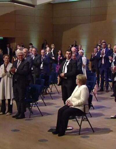 Merkel dakikalarca ayakta alkışlandı