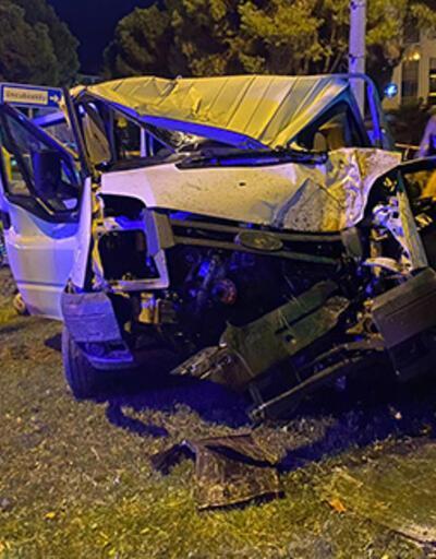 Ağaca ve direğe çarpan kamyonetteki 2 kişi öldü