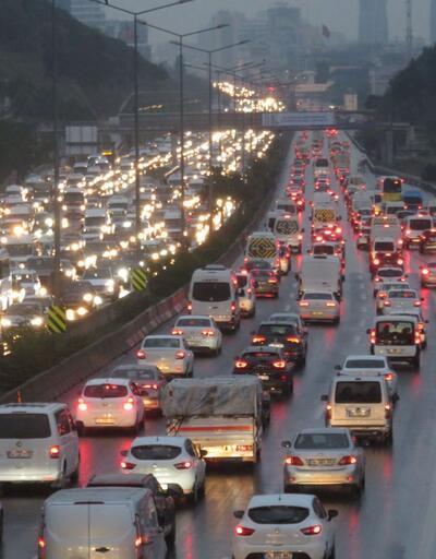 İstanbul haftaya trafik yoğunluğuyla başladı