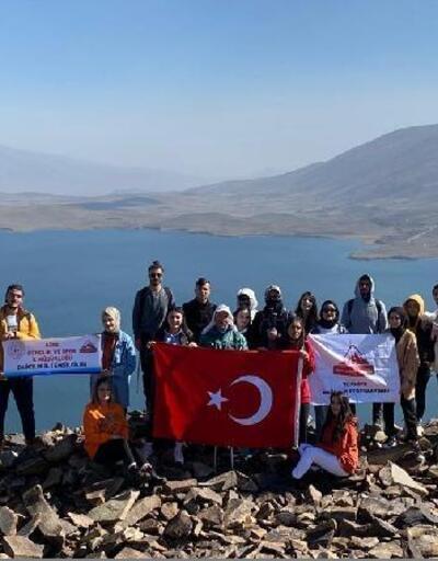 Öğrenciler, Türkiye'nin en yüksek rakımlı gölüne tırmandı