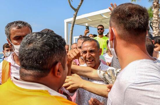 Son dakika... Antalya'da gergin anlar! Konyaaltı Sahili'nde 'loca' arbedesi