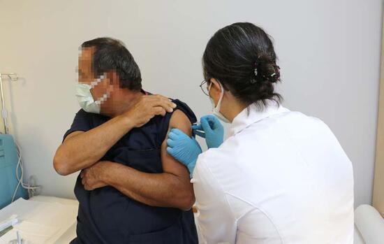 Türkiye'de tarihi gün... Koronavirüs aşısında ilk gönüllü uygulaması yapıldı