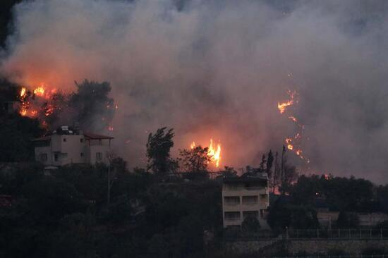 Son dakika! Hatay'daki orman yangını yerleşim yerlerine yaklaştı! 70 kişi yangından etkilendi