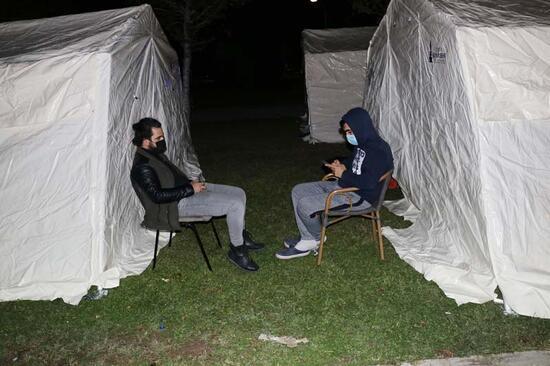 İzmir'de depremzedeler çadırda sabahlıyor
