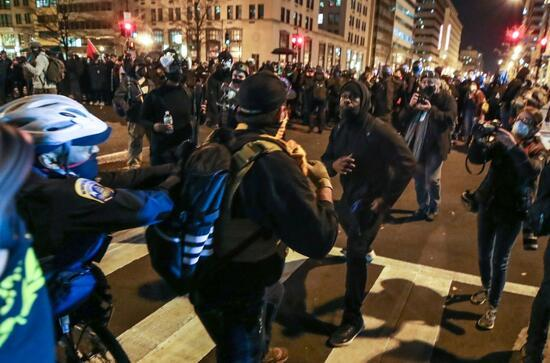 ABD sokakları yine karıştı: Trump destekçileri ile karşıtları birbirine girdi