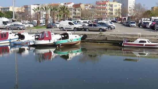 Sular çekildi tekneler karaya oturdu
