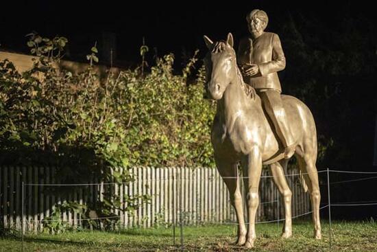 Angela Merkel'in at üstünde heykeli yapıldı