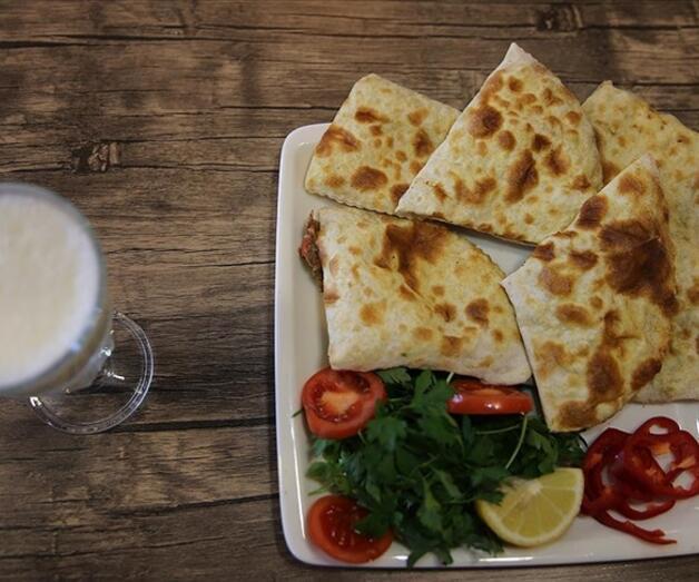 Son dakika: Mardin'in tescilli lezzeti 'sembusek' iftar sofralarını lezzetlendiriyor