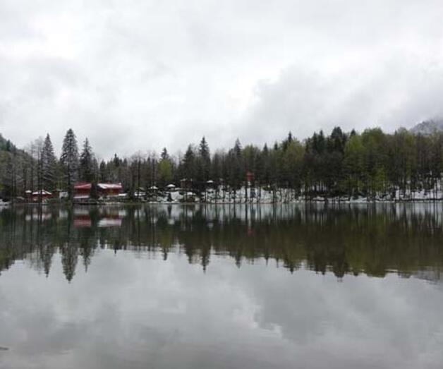 Son dakika: Doğa harikası Borçka Karagöl mayısta yağan karla beyaza büründü