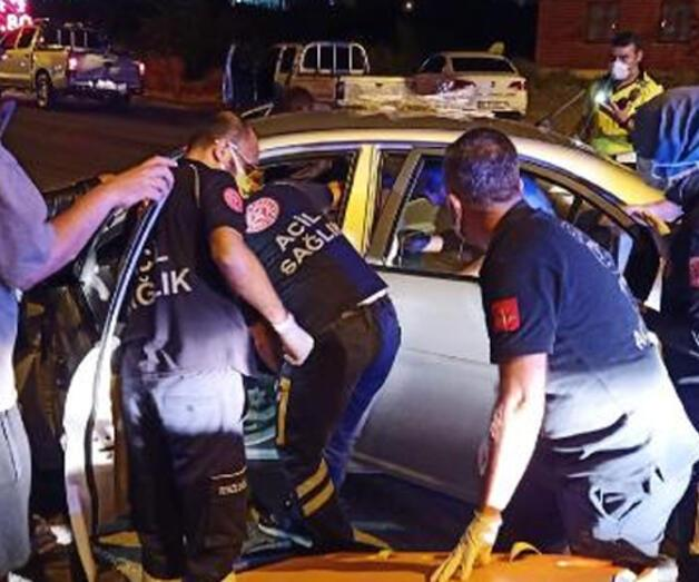 Son dakika: Otomobil direğe çarptı: 1 ölü, 1 yaralı