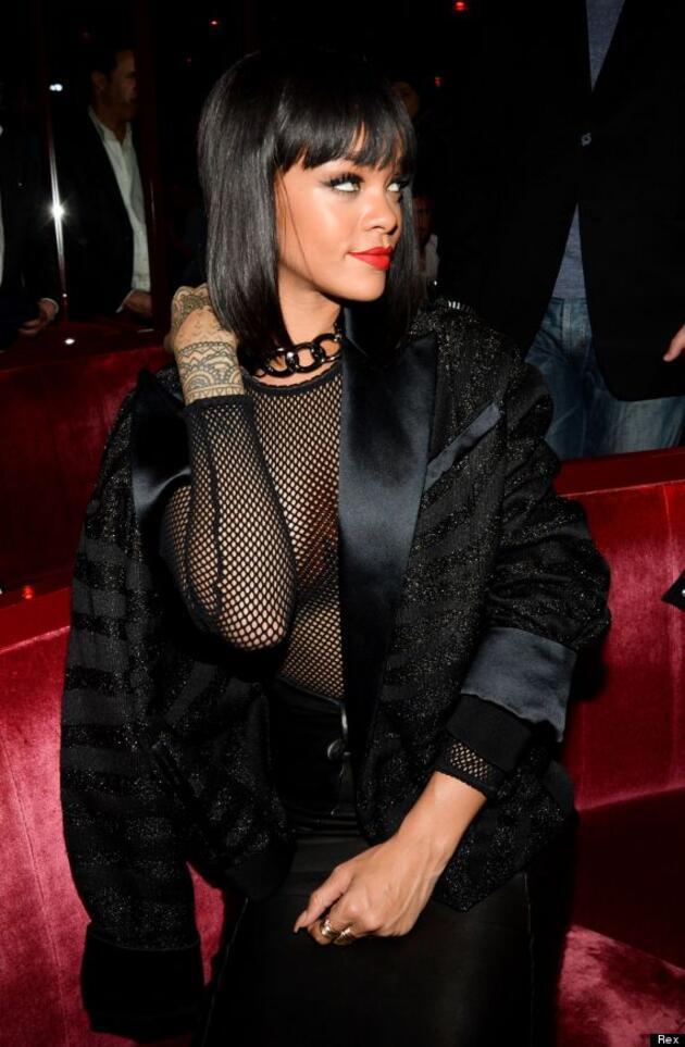 Rihanna yine sütyenini unuttu!