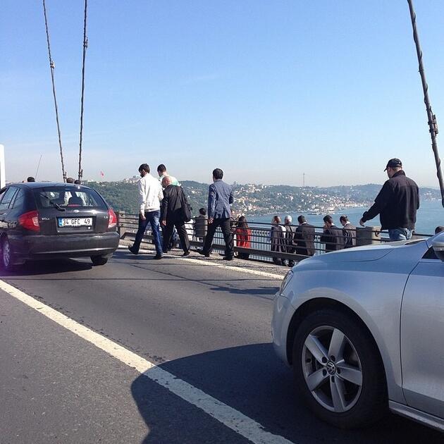 Vatandaş köprüyü yürüyerek geçti!