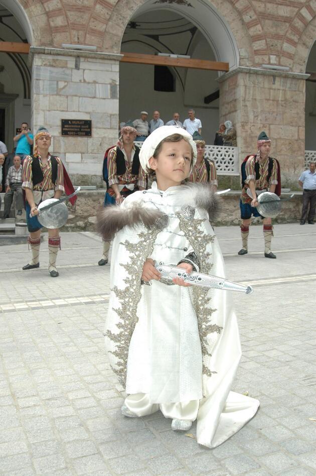 Bursa Vali Yardımcısı'ndan oğluna Osmanlı usulü sünnet!