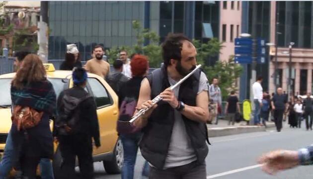 Eylemciler TOMA önünde selfie çekti