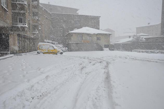 Hakkari'de kar kalınlığı 20 santimetreyi buldu