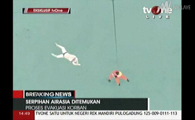 Endonezya'da kaybolan uçaktan parçalara ve 40 kişinin cesedine ulaşıldı