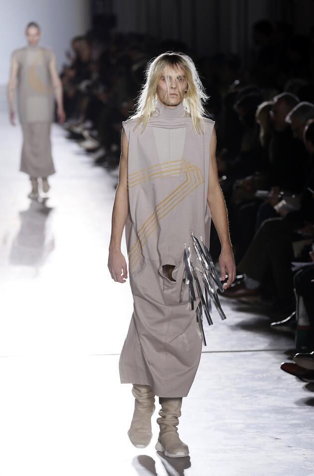Ünlü modacının erkekler için delikli elbisesi olay yarattı!