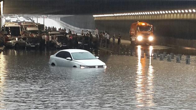 Ankara'yı sel bastı! Araçlar mahsur...