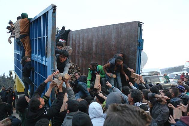 Yunanistan-Makedonya sınırındaki göçmen kampında odun izdihamı