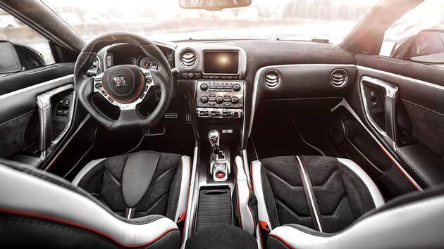 Gümüş Nissan GT-R