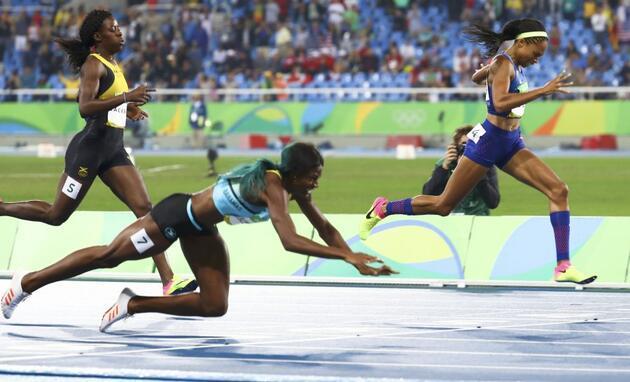 400 metreyi yatarak kazandı
