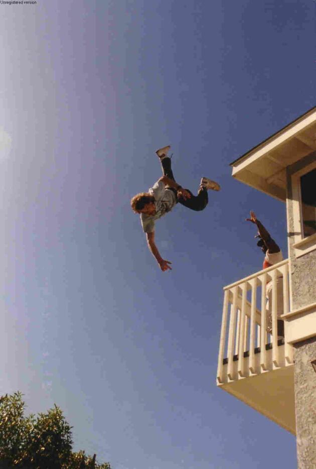 Hırsızlık için tırmandığı balkondan kazığın üzerine düştü