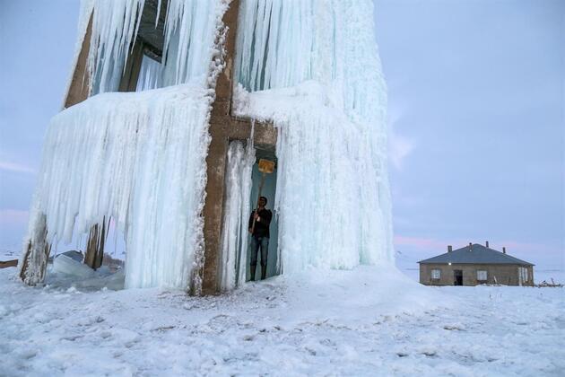 """Su deposu, """"buz kulesi""""ne dönüştü"""