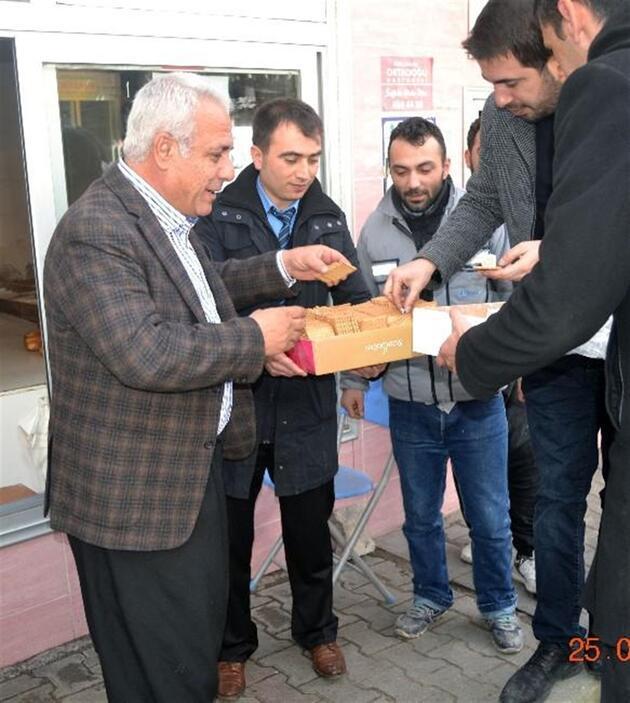 Şalvarlı başkandan bisküvili 'evet' kampanyası