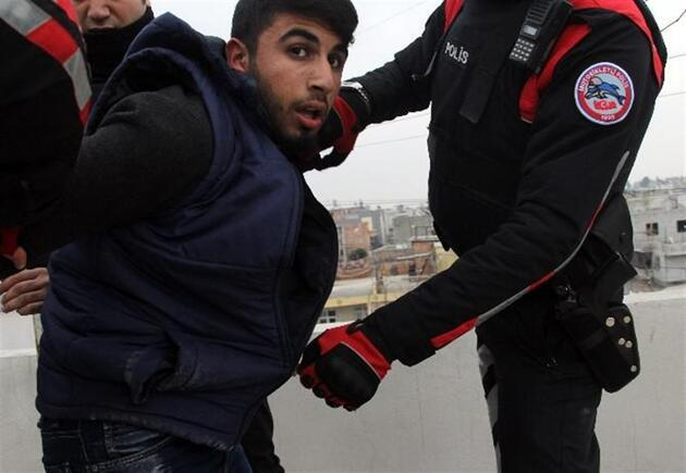 Adana'da PKK'lı, kimlik kontrolü yapan polisten kaçınca yakalandı