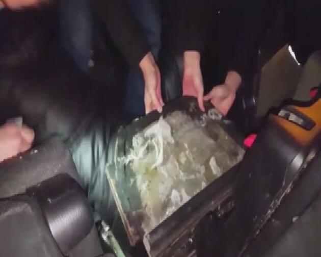 FETÖ'den aranan kadın aracın gizli bölmesinde yakalandı