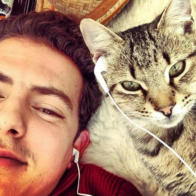 Yakisikli Erkekler Ve Sevimli Kediler