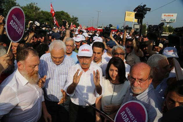 Adalet Yürüyüşü'ne katılan HDP'liler Kılıçdaroğlu ile birlikte yürüdü