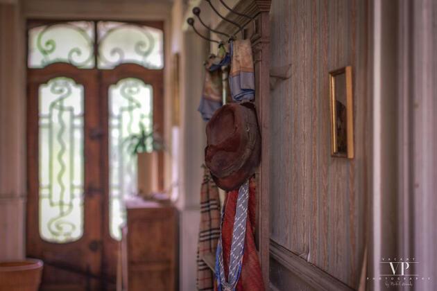 Terk edilmiş evin içindeki manzaraya inanamadı!