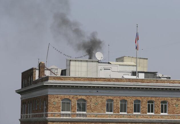 ABD'nin kapatma kararı aldığı Rus konsolosluğundan dumanlar yükseliyor