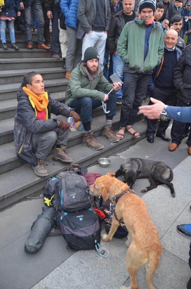 Mescid-i Aksa maketine yaslanarak oturdu, Trabzonlular tepki gösterdi