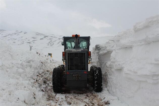 Kar kalınlığı 3 metre oldu, yol 5 günde açılabildi