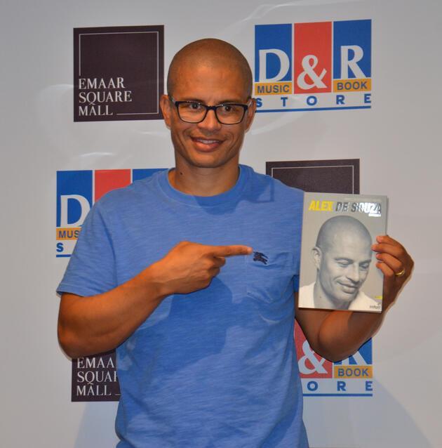 Alex de Souza kitap imzaladı, AVM'de kuyruk oluştu