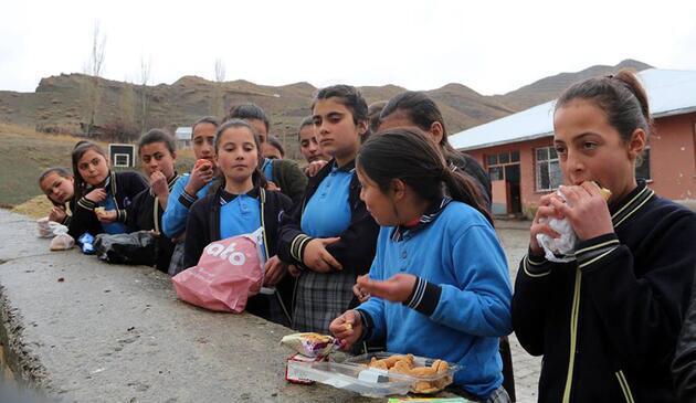 İhale önceden yapıldı 36 öğrenci duvarda yemek yiyor