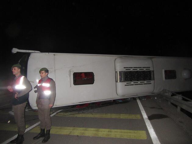 Son Dakika... Afyonkarahisar'da yolcu otobüsü devrildi