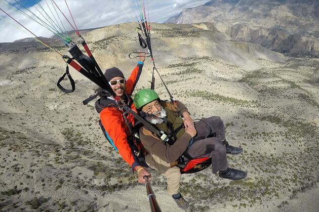 Turist çekmek için 64 yaşında paraşütle atladı